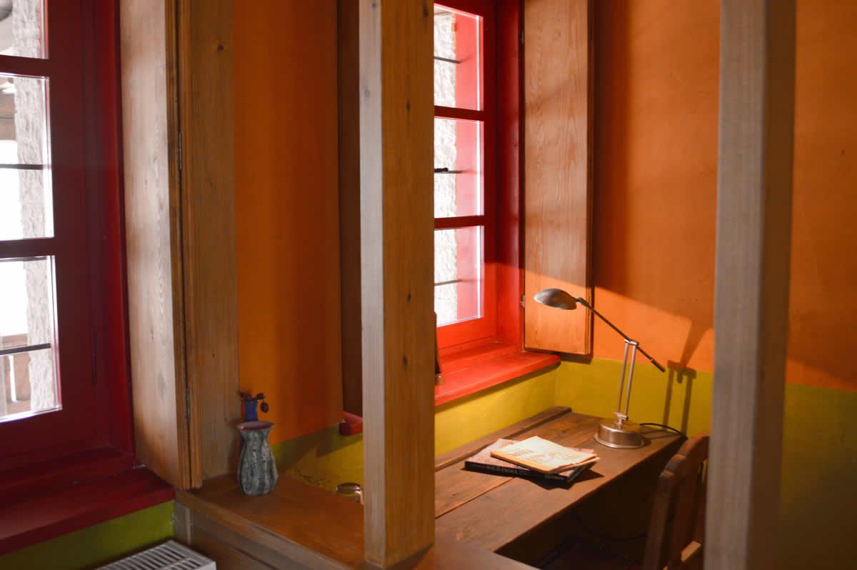 Σε όλους τους χώρους τού Ξενώνα Ανέμη στα Ζαγοροχώρια κυριαρχεί το ξύλο που είναι ντόπια μαύρη πεύκη (pinus nigra). Τα δωμάτια μας είναι λιτά και ακολουθούν τη λαϊκή ζαγορίσια αρχιτεκτονική. Για λόγους ασφαλείας και ενέργειας τα τζάκια σε όλα τα δωμάτια μας είναι ενεργειακά και η χρήση των ξύλων ελεύθερη