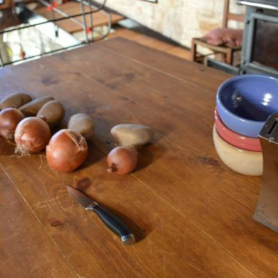 Το μαγερειό τού Ξενώνα Ανέμη στα Κάτω Πεδινά, είναι η ψυχή του σπιτιού της Ανέμης, όπως ήταν πάντα τα μαγειριά των σπιτιών