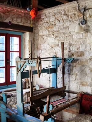 Ο αργαλειός στο εστιατόριο-καφέ στον Ξενώνα Ανέμη στα Κάτω Πεδινά Ζαγοροχωρίων | Δημοσίευση στο Athens Voice