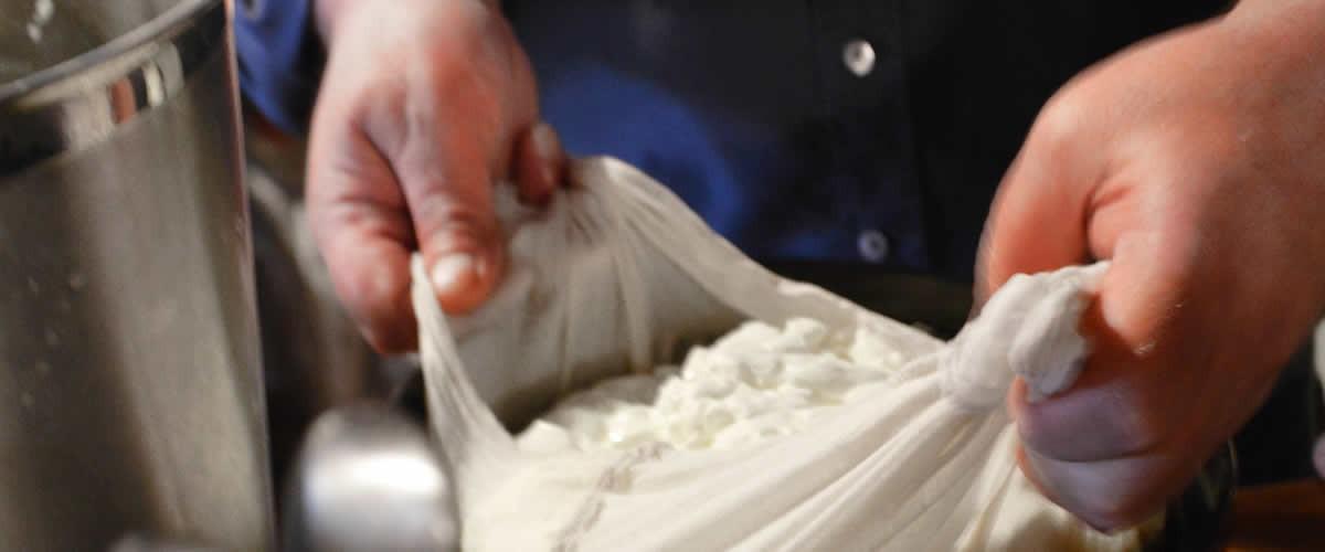 «Μόνο Γάλα και Αγάπη», τυροκόμηση στα Ζαγοροχώρια | Artisanal cheese by Anemi in Kato Pedina, Zagori | « Seulement du lait et de l'amour », fabrication de fromage à Zagori